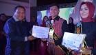 Wali Kota Sibolga Memberikan Hadiah Pemenang Kepada Andhika Rahman Nasution Juara I Ogek Uning 2019