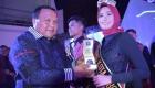 Wali Kota Sibolga Memberikan Hadiah Pemenang Kepada Sri Wahyu Ningsih Juara I Ogek Uning 2019