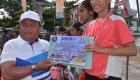 Wali Kota Sibolga Menyerahkan Hadiah Bagi Pemenang Lomba Lari Juara 1 Putri 5 k Tingkat SMA Sederajat