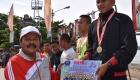 Wakil Wali Kota Sibolga Menyerahkan Hadiah Bagi Pemenang Lomba Lari Juara 1 Putra 5 k Tingkat SMA Sederajat