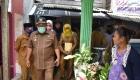 Keterangan Foto: Ketua Gugus Tugas Percepatan Penanganan Covid-19 Kota Sibolga H.M Syarfi Hutauruk didampingi lurah Pasar Belakang.